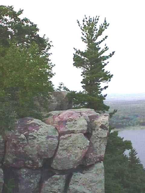 wi_devil lake cliff horizon.jpg (28977 bytes)